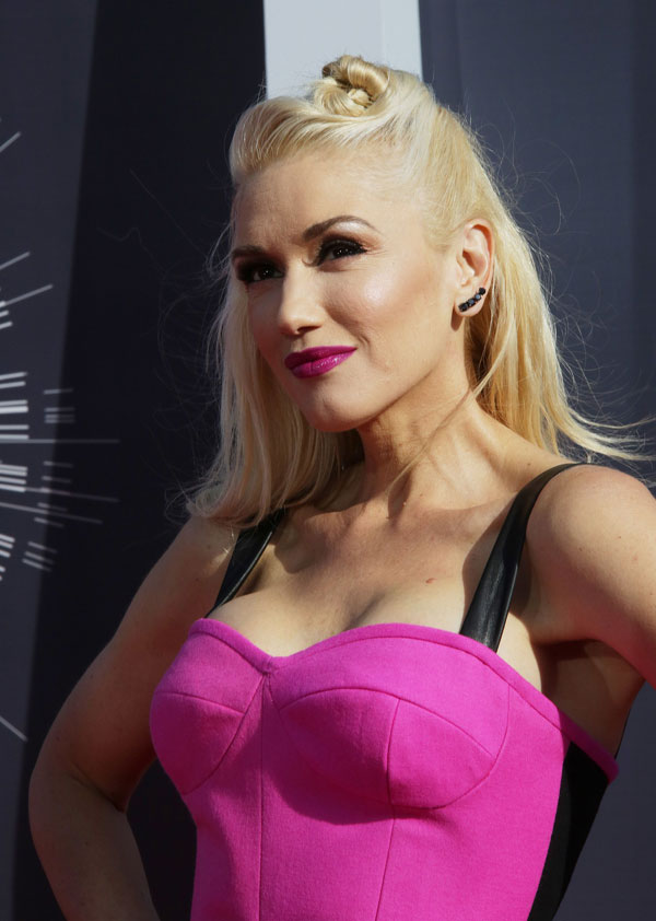 Gwen keeps it simple with smooth lengths and a cute little knot